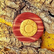 Odznaky/Brošne - FIMO drevené brošne z oblohy (zlaté slnko) - 7100410_