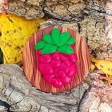 Odznaky/Brošne - Drevená brošňa malina NA ZÁKAZKU - 7102154_