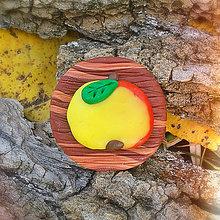 Odznaky/Brošne - Drevená brošňa jablko NA ZÁKAZKU - 7102315_