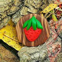 Odznaky/Brošne - Drevená brošňa jahoda NA ZÁKAZKU - 7103519_