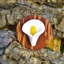 Odznaky/Brošne - FIMO drevené brošne - prírodné motívy (kvet Kala  NA ZÁKAZKU) - 7105752_