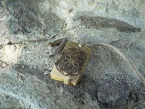 Náhrdelníky - Múdrosť Všehomíru - drevený prívesok (agát) - 7113395_