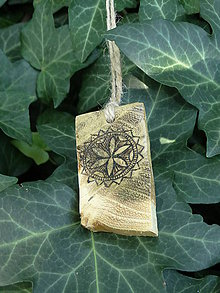 Náhrdelníky - Perúnov kvet - drevený prívesok (agát) - 7113462_