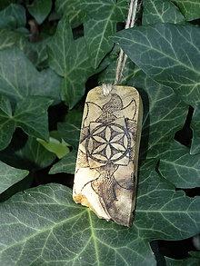 Náhrdelníky - Slnečný kvet - drevený prívesok (agát) - 7113464_