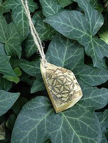 Náhrdelníky - Slncový kvet - drevený prívesok (agát) - 7113468_