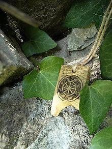 Náhrdelníky - Kolovrat - drevený prívesok (agát) - 7113540_