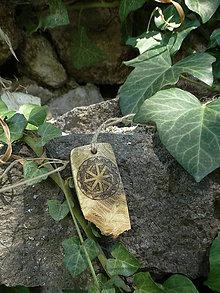 Náhrdelníky - Kolovrat - drevený prívesok (agát) - 7113548_
