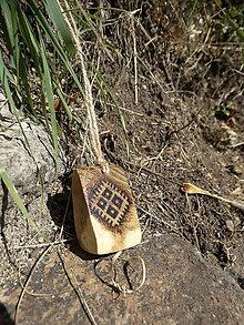 Náhrdelníky - Mokoš - drevený prívesok (agát) - 7113591_