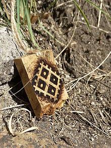 Náhrdelníky - Zasiate pole - drevený prívesok (agát) - 7113592_