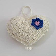 Dekorácie - Srdiečko na zavesnie ... smotanové s ružovo-modrým kvietkom - 7117353_