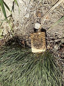 Náhrdelníky - Ľudové srdiečko - drevený prívesok (agát) - 7113610_