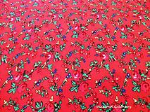 Textil - Krojová látka - kvietky malé na červenom podklade - cena za 10 cm - 7119638_