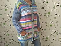 Pásikavý pletený sveter s kapucňou