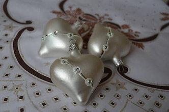 Dekorácie - Biele matné srdiečka s kamienkami - 7125593_