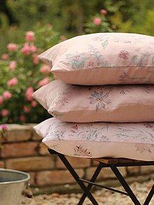 Úžitkový textil - Set troch vankúšov z ružovej 100% ľanovej látky s ručnou potlačou kvetín - 7128772_