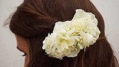 Ozdoby do vlasov - Biela romantická sponka do vlasov z ruží - 7137050_