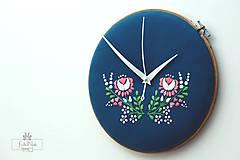 Hodiny - Dotyky, ručne vyšívané nástenné hodiny - 7136746_