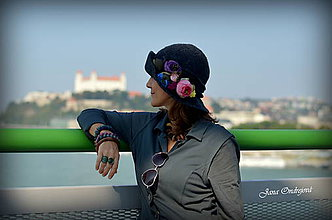 Čiapky - Tmavosivý klobúk s hodvábnymi ružami - 7161562_