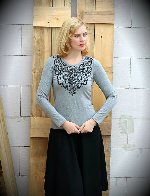 Tričká - Sivé tričko s čiernou ornamentálnou maľbou... - 7167810_