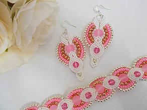 Sady šperkov - Bielo-ružový svadobný makramé set náušníc a náramku - 7181481_