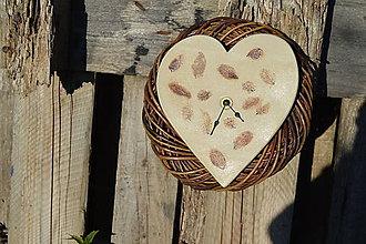 Hodiny - nástenné hodiny kameninové, srdcového tvaru,  s lístočkami
