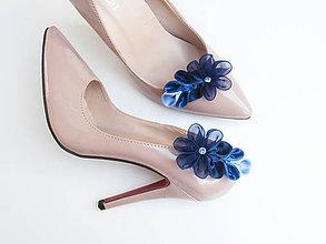 Obuv - Tmavomodré kvetinkové klipy na topánky - 7189197_