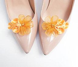 Obuv - Tmavožlté medové kvetinkové klipy na topánky - 7197892_