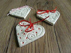 Darčeky pre svadobčanov - bodkované srdiečko s ozdobným reliéfom - 7206297_