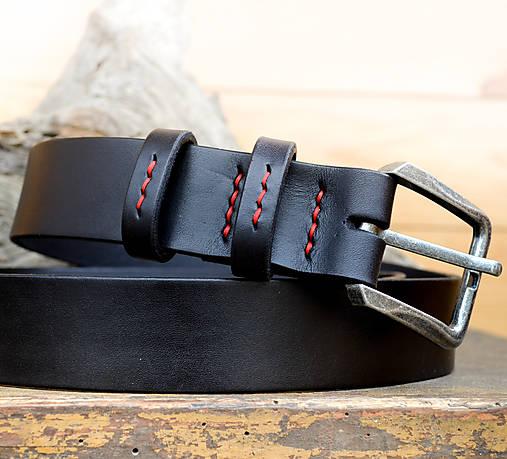 f48a5a6c8 Klasický čierny opasok dekorovaný červenou voskovanou niťou ...