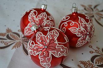 Dekorácie - Guličky s vianočnou ružou na červenom podklade - 7226028_