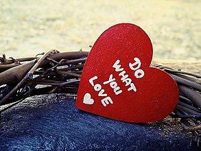 Odznaky/Brošne - Drevená brošňa - srdce - Do what you love - 7243026_