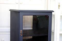 Nábytok - Tmavomodrá vitrínka možno aj na vínko - predaná - 7244525_