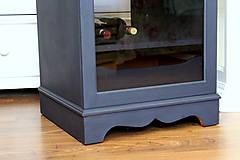 Nábytok - Tmavomodrá vitrínka možno aj na vínko - predaná - 7244532_