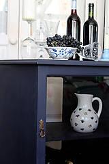 Nábytok - Tmavomodrá vitrínka možno aj na vínko - predaná - 7244533_