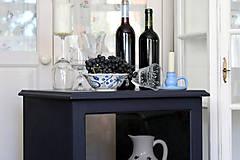 Nábytok - Tmavomodrá vitrínka možno aj na vínko - predaná - 7244534_