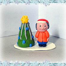 Dekorácie - Striebro modrý vianočný stromček +  (chlapec) - 7245414_