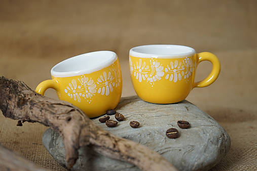 Šálek espresso kopretiny žlutý