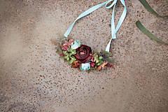 - Kvetinový náhrdelník v zemitých farbách