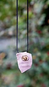 ružový prívesok