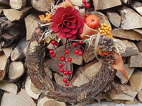 Dekorácie - Jesenný veniec s červeným kvetom aj na dušičky - 7282424_
