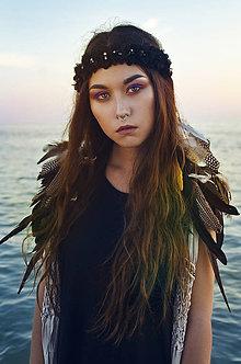 Ozdoby do vlasov - Čelenka s textilnými kvetmi a perím - 7285938_