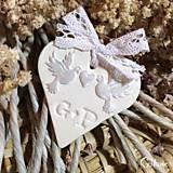 Darčeky pre svadobčanov - Keramické srdiečka s iniciálami a aplikáciou - biele holúbky - 7288827_
