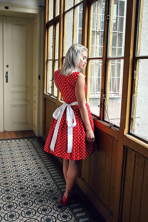 Šaty - Červené puntíkaté šaty s kapsami a bílou mašlí - 7319261_