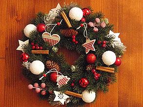 Dekorácie - Vianočný červeno-biely veniec s drevenými ozdobami - 7319551_