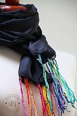 - Šál čierny s farebnými strapcami - 7323593_