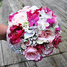 Kytice pre nevestu - Svadobná kytica ružovo cyklámenová s pierkami - 7330925_