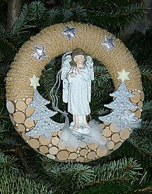 Dekorácie - Prírodný vianočný veniec s anjelom - 7328269_