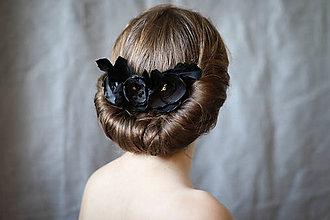 Ozdoby do vlasov - Hrebienok s čiernymi ružami a pierkami - 7336643_