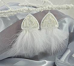 Náušnice - Hodvábne náušnice biele s pštrosími pierkami - 7334767_