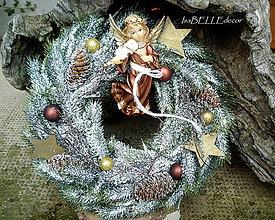 Dekorácie - Vianočný zasnežený veniec s anjelom - 7342449_